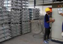 Pekerja menghitung timah batangan di salah satu pabrik di Kepulauan Bangka Belitung. Bisnis/Endang Muchtar