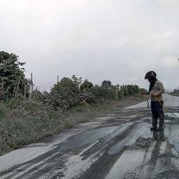 Warga Bersihkan Jalan Yang Tertutup Abu Vulkanik Pasca Erupsi Gunung Sinabung