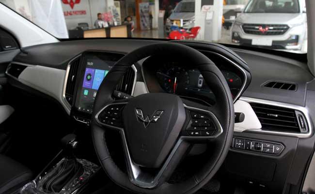 Petugas melakukan perawatan terhadap mobil yang dijual di salah satu showroom Wuling. Bisnis - Arief Hermawan P