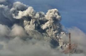 Gunung Sinabung Erupsi, Polisi dan TNI Patroli Cegah…