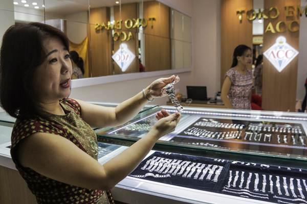 Direktur Utama PT Hartadinata Abadi Tbk Sandra Sunanto memperlihatkan koleksi perhiasan emas di toko emas ACC, di Blok M Square, Jakarta, Selasa (5/9). - JIBI/Felix Jody Kinarwan