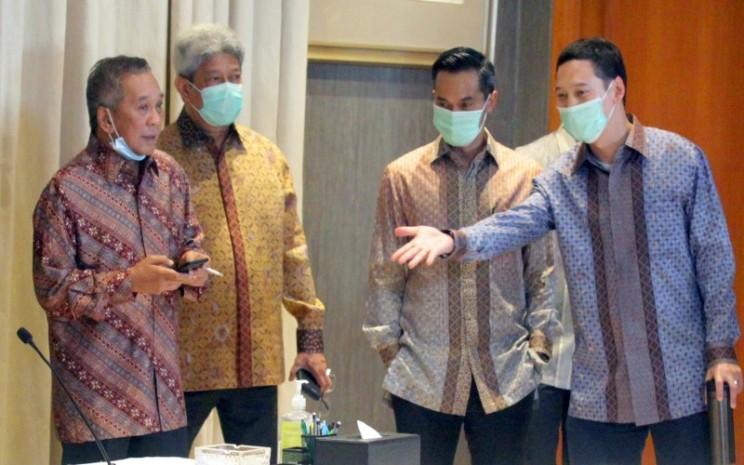 (Dari kiri) Chairman Grup Bakrie Nirwan Dermawan Bakrie, Presiden Direktur PT Ithaca Resources Agoes Projosasmito, Direktur Utama dan CEO PT Bakrie & Brothers Tbk (BNBR) Anindya Bakrie, dan CEO PT Bakrie Capital Indonesia Adika Nuraga Bakrie berbincang di sela penandatanganan nota kesepahaman (MoU) fasilitas produksi batubara ke metanol senilai Rp30 triliun yang dilakukan secara virtual di Jakarta dan Amerika Serikat, Kamis (14/5/2020) malam. - Anara Foto