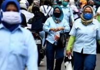Pekerja pabrik pulang seusai bekerja di salah satu pabrik makanan di Jakarta, Sabtu (11/4/2020). Bisnis/Abdurachman