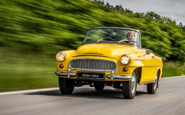 Skoda Felicia berwarna kuning, yang ikut serta dalam tamasya ulang tahun ke-125 Skoda Auto mengaspal pada 1961.  - Skoda Auto