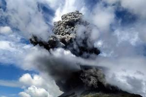 Gunung Sinabung Kembali Erupsi, Sejumlah Daerah Terjadi Hujan Abu Vulkanik