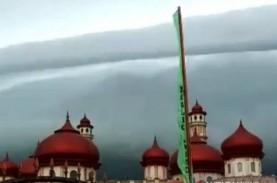 Fenomena Awan Hitam Mirip Gelombag Tsunami di Aceh…