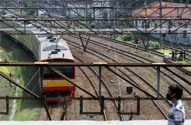 Penumpang KRL Berdesakan, Akses Selatan Stasiun Tanah Abang Ditutup