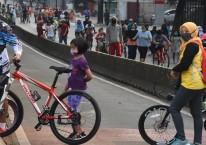 Warga berolahraga menggunakan sepeda di kawasan Sultan Iskandar Muda, Jakarta, Minggu (26/7/2020). /ANTARA.