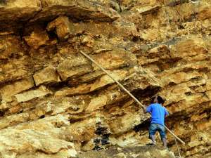Pandemi Covid-19 Membuat Warga Mamuju Sulbar Beralih Profesi Jadi Tukang Pemecah Batu