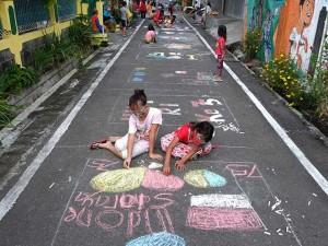 Sambut HUT Ke-75 RI, Sejumlah Anak di Solo Melukis di Aspal Jalan