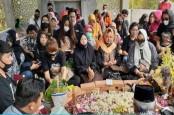 100 Hari Meninggal, Sobat Ambyar dari Berbagai Kota Penuhi Makam Didi Kempot di Ngawi
