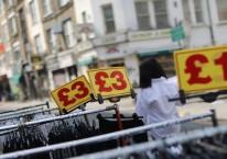 Petunjuk harga terpampang di gerai pakaian di Petticoat Street di London, Inggris, pada Rabu, 12 Agustus 2020. Simon Dawson/Bloomberg