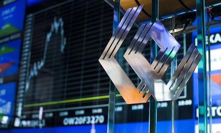 Logo WSE terletak di panel kaca di dekat layar elektronik yang menunjukkan kurva indeks dan data keuangan di Bursa Efek Warsawa di Warsawa. -  Bartek Sadowski / Bloomberg