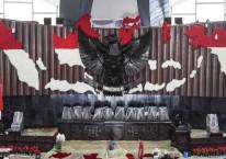 Pekerja memasang penutup karpet merah di ruang rapat paripurna Gedung Nusantara, Kompleks Parlemen, Senayan, Jakarta, Selasa (14/8/2018)./Antara - Hafidz Mubarak A.