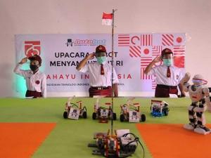 Siswa Bersama Robot Buatannya Ikuti Upacara Bendera Sambut HUT Ke-75 Republik Indonesia