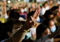 Para pengunjuk rasa melakukan salut tiga jari ala film The Hunger Games dalam demonstrasi menuntut demokrasi yang lebih besar di Thailand, Agustus 2020./Bloomberg