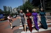 Aksi Nenek-Nenek Modis Lepas Masker di Jalanan Beijing