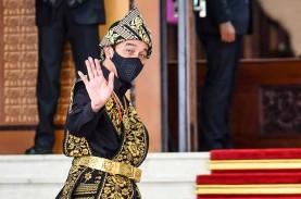 Foto-Foto Jokowi Pakai Baju Adat Sabu Saat Sidang…