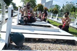 Peringati Hari Pramuka ke-59, Anggota Pramuka Ziarah Ke Taman Makam Pahlawan
