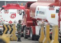 Seorang anggota TNI berdiri di dekat deretan truk tangki sebelum melakukan pendistribusian BBM di Integrated Terminal Balongan, Indramayu, Jawa Barat, Senin (6/7/2020). Pertamina MOR III berupaya memenuhi kebutuhan BBM untuk wilayah Ciayumajakuning (Cirebon, Indramayu, Majalengka, Kuningan) hingga 2.600 KL per hari yang sebagian besar diproduksi di Kilang Pertamina Balongan./ANTARA FOTO-Dedhez Anggara