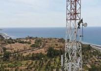 Teknisi melakukan pemeriksaan perangkat BTS di daerah Labuhan Badas, Sumbawa Besar, Nusa Tenggara Barat (NTB), Senin (26/8). Bisnis/Abdullah Azzam