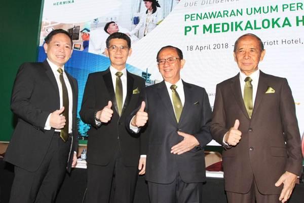 Presiden Direktur PT Medikaloka Hermina Tbk Hasmoro (kedua kanan) bersama Direktur Independen Aristo Setiawidjaja (dari kiri),  Direktur Yulisar Khiat, dan Direktur Binsar P Simorangkir berpose, seusai penawaran umum perdana saham perseroan, di Jakarta, Rabu (18/4).JIBI/Bisnis - Endang Muchtar