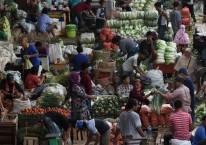 Suasana aktivitas jual beli di Pasar Induk Kramat Jati, Jakarta, Minggu (14/6/2020)./ANTARA FOTO-Indrianto Eko Suwarso