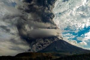 Gunung Sinabung Kembali Erupsi Dengan Ketinggian Kolom Abu Mencapai 4.200 Meter