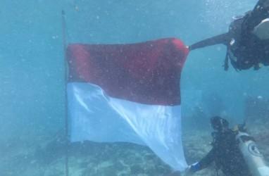 17 Penyelam Mengibarkan Bendera di Dalam Laut Kawasan Pulau Bando