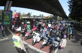 Pengendara di Bandung Berhenti dan Sikap Sempurna saat Dengarkan Lagu Indonesia Raya