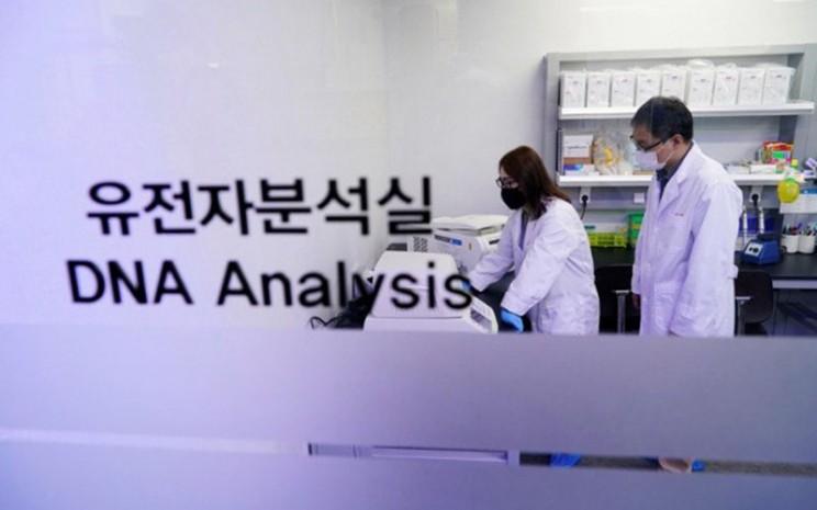 Para peneliti mendemonstrasikan sampel iLAMP Novel-Coronavirus Detection Kit di kantor iONEBIO's di Seongnam, Korea Selatan, pada 26 Maret 2020./Antara - Reuters
