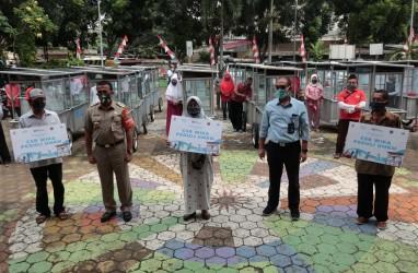 WIKA Salurkan Bantuan Puluhan Gerobak UMKM bagi Warga Jakarta Timur