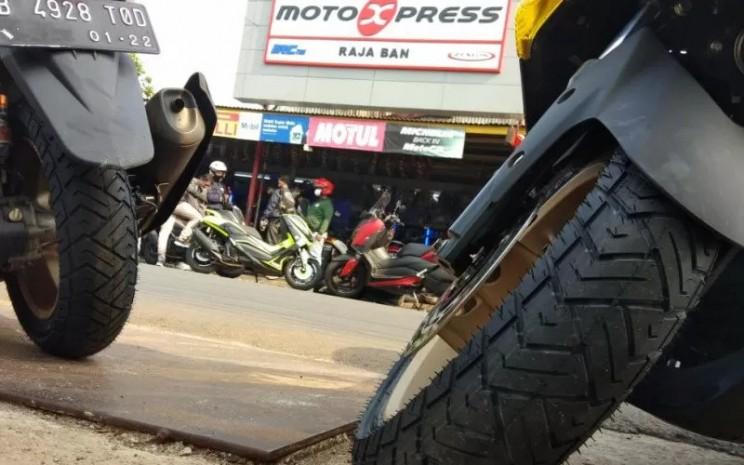 Ban motor Zeneos Milano melilit pelek roda Yamaha NMax.  - ANTARA