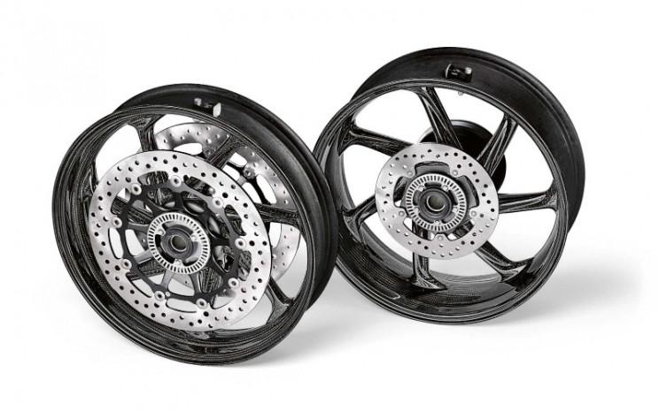 Pelek M Performance berbahan serat karbon yang kuat dan ringan untuk BMW S1000RR.  - BMW