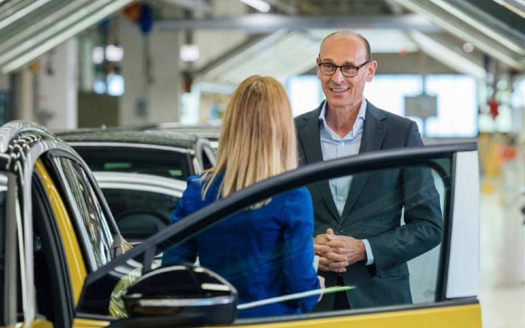 Ralf Brandstatter, CEO of the Volkswagen Brand berdiri di sebelah ID.4 yang tengah diproduksi di fasilitas perakitan Zwickau.  - VOLKSWAGEN