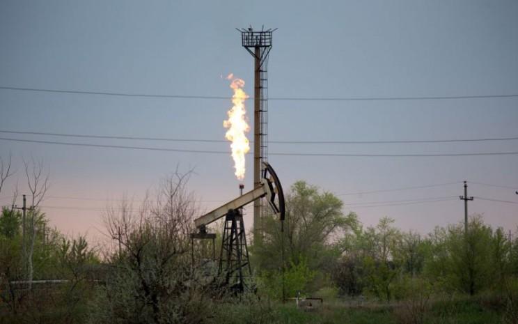 Pompa angguk di ladang minyak dan gas - Bloomberg/Andrey Rudakov