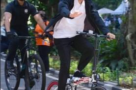 Bukan Brompton, Jokowi Gowes Sepeda Bergambar Soekarno-Hatta…