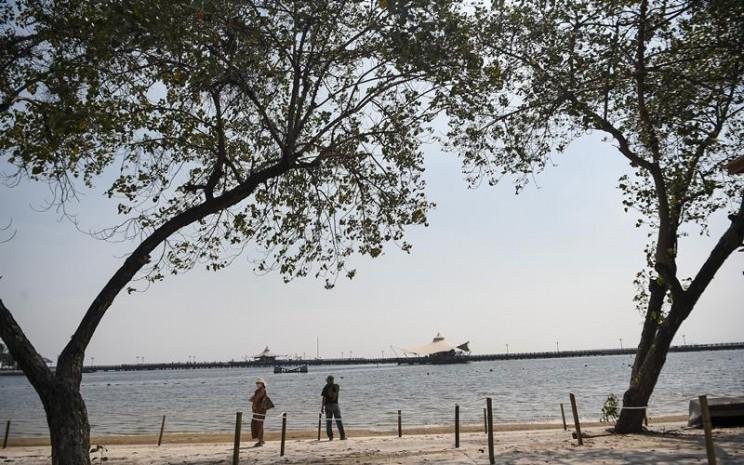 Pengunjung menikmati suasana Pantai Festival Taman Impian Jaya Ancol, Jakarta, Sabtu (20/6/2020). Setelah ditutup selama dua bulan akibat pandemi COVID-19, Kawasan rekreasi Taman Impian Jaya Ancol kembali dibuka. ANTARA FOTO - Nova Wahyudi