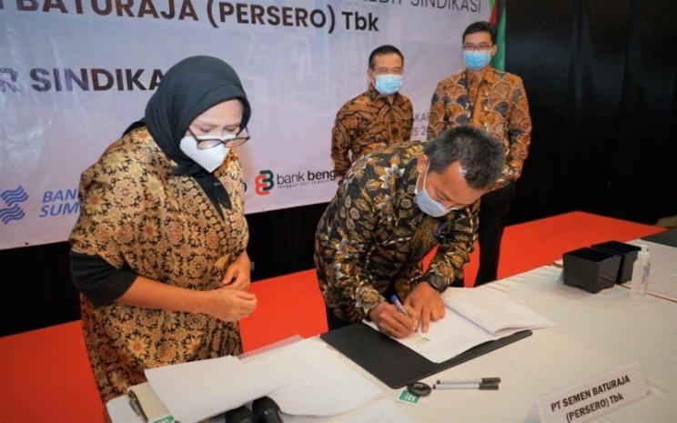 Direktur Utama PT Semen Baturaja (Persero) Tbk, Jobi Triananda Hasjim, menandatangani perjanjian kredit sindikasi dengan 5 perbankan. istimewa