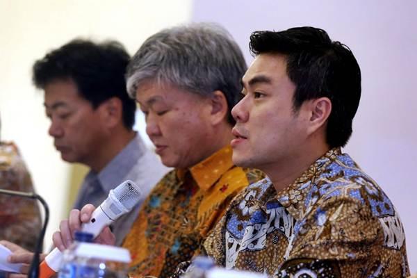 Presiden Direktur PT Sky Energy Indonesia Tbk Jackson Tandiono (dari kanan), Direktur Hengky Loa, dan Direktur Naoki Ishikawa menyampaikan paparan pada Rapat Umum Pemegang Saham di Bogor, Jawa Barat, Jumat (29/6/2018). - JIBI/Rachman