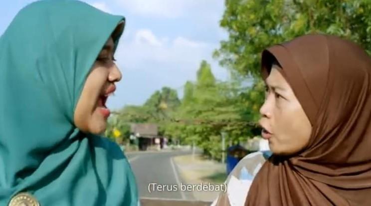 Bu Tejo (mengenakan jilbab biru) sedang berdebat)