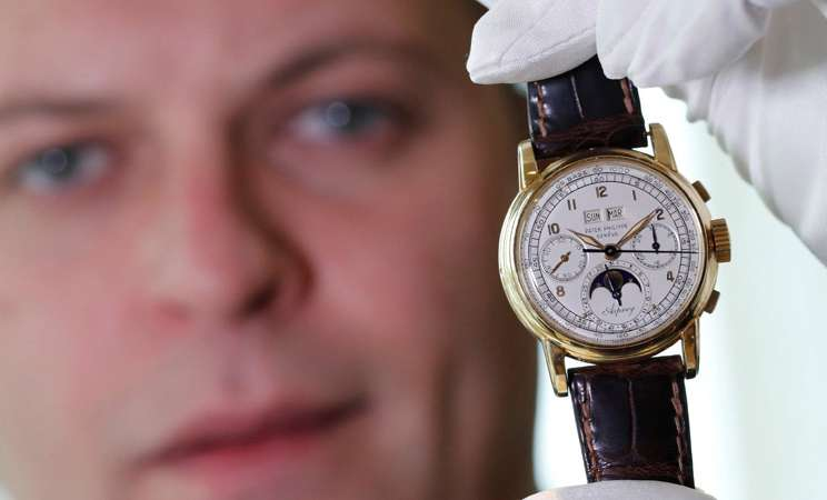 Jam tangan antik Asprey diperlihatkan kepada media Kamis (7/11/2018) sebelum dilelang di rumah lelang Sotheby, Swiss. - Reuters/Denis Balibouse