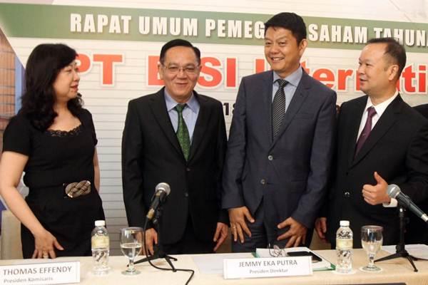 Direktur Utama PT Bisi International Tbk Jemmy Eka Putra (kedua kanan) berbincang dengan Direktur Setiadi Setiokusumo (kanan), Komisaris Utama Tjiu Thomas Effendy (kedua kiri), dan Komisaris Ong Mei Sian, sebelum RUPST,  di Jakarta, Senin (28/5/2018). - JIBI/Endang Mu
