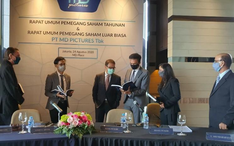 Komisaris dan Direksi FILM (dari kiri ke kanan) Dave Ulmer, Direktur; Sajan L. Mulani, Direktur; Sanjeva Advani, Komisaris Independen; Manoj Punjabi, Direktur Utama; Shania Punjabi, Direktur; V Soundararajan, Direktur, berbincang-bincang usai RUPST dan RUPSLB yang diselenggarakan di MD Place, Jakarta (24/8). - MD Pictures