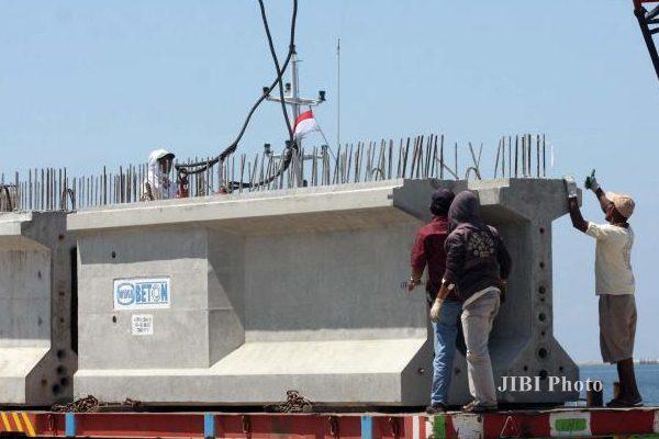 Pekerja mengerjakan proses pemindahan balok beton milik PT Wika Beton (Wika) ke kapal pengangkut di Pelabuhan Makassar, Sulawesi Selatan, Senin (11/1). - JIBI/Paulus Tandi Bone