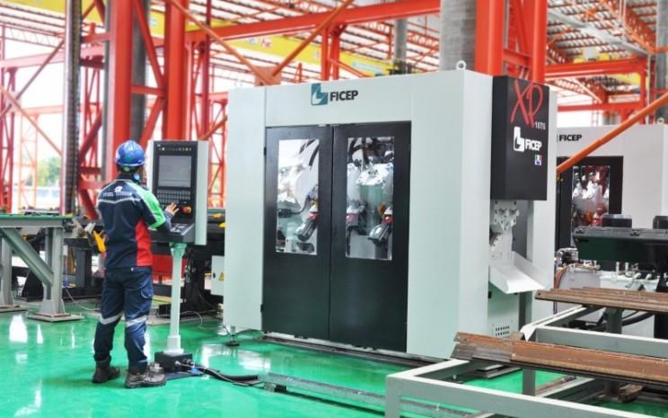 Aktivitas di pabrik fabrikasi baja PT Waskita Karya Infrastruktur, Cikande. Pabrik ini memiliki kapasitas produksi 4.000 ton per bulan. - istimewa