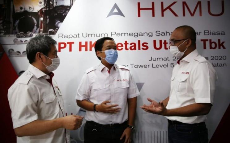 Direktur Utama PT HK Metals Utama Tbk. (HKMU) Ngasidjo Achmad (dari kiri), Direktur Jodi Pujiyono, dan Komisaris Utama merangkap Komisaris Independen Muhamad Kuncoro berbincang seusai Rapat Umum Pemegang Saham (RUPS) Luar Biasa di Jakarta, Jumat (28/8/2020). - HKMU