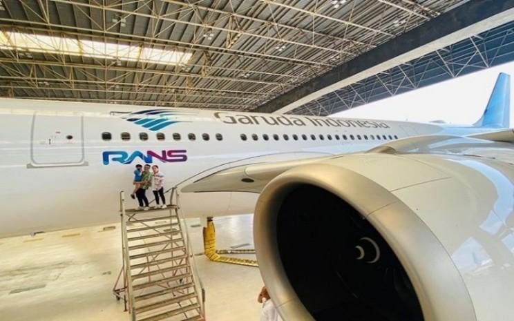 Logo RANS Entertainment di badan pesawat Garuda