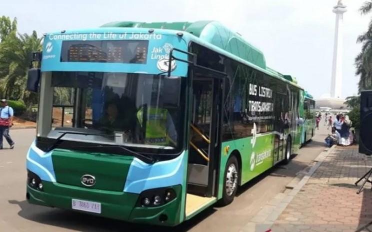Bus listrik yang beroperasi di kawasan wisata Monas.  - Antara
