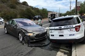 Sopir Nonton Film, Tesla Autopilot Sikat Mobil Polisi